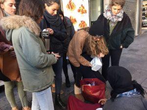 desayuno y charla con las personas sin hogar en el centro de Madrid