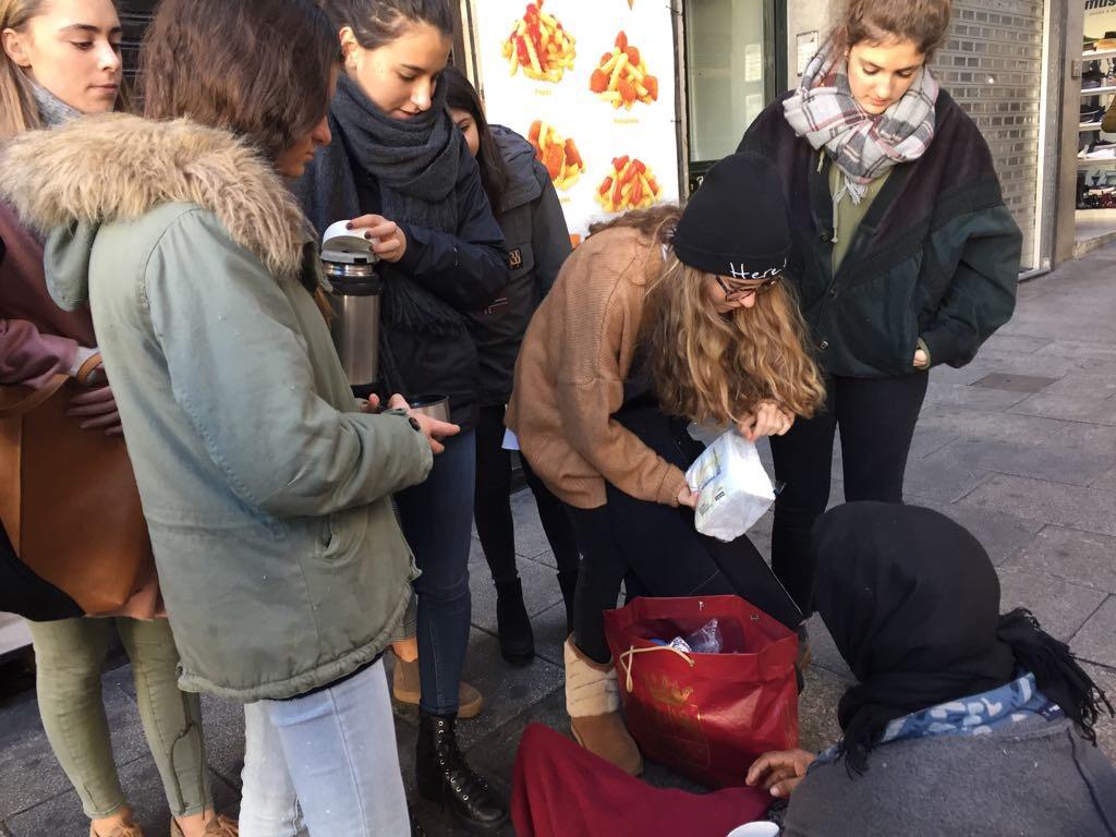 Desayuno y charla con personas sin hogar